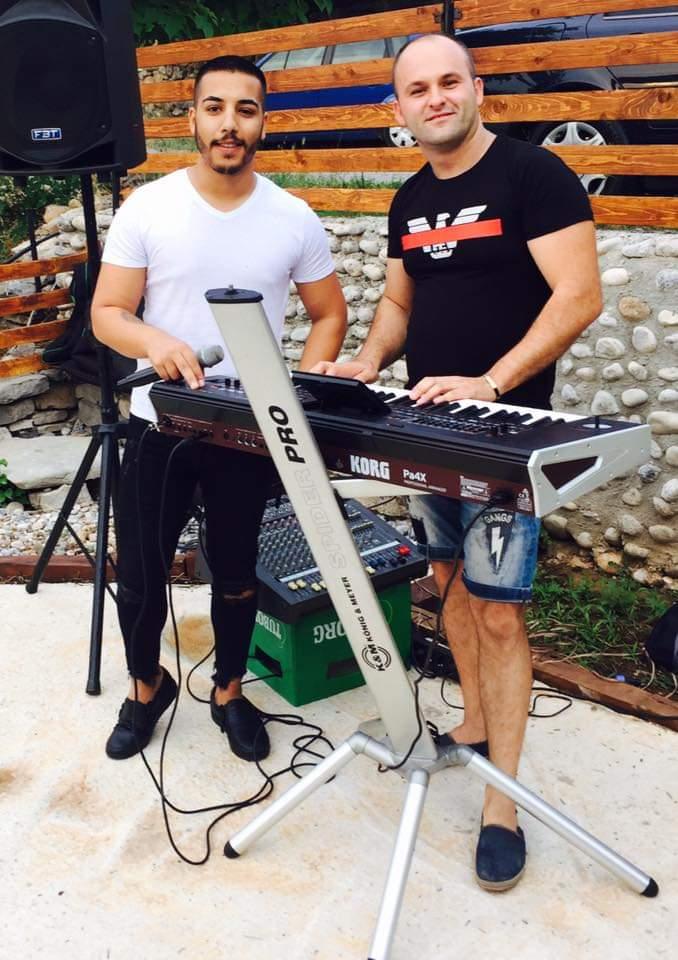 Aldin Avdijaj sa kolegom klavijaturistom (Izor: Facebook)