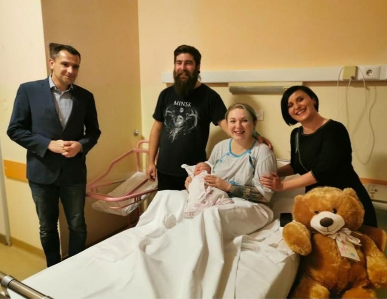 Predsjednik opštine sa roditeljima djeteta rođenog kasnije istoga dana (Izvor: Facebook)