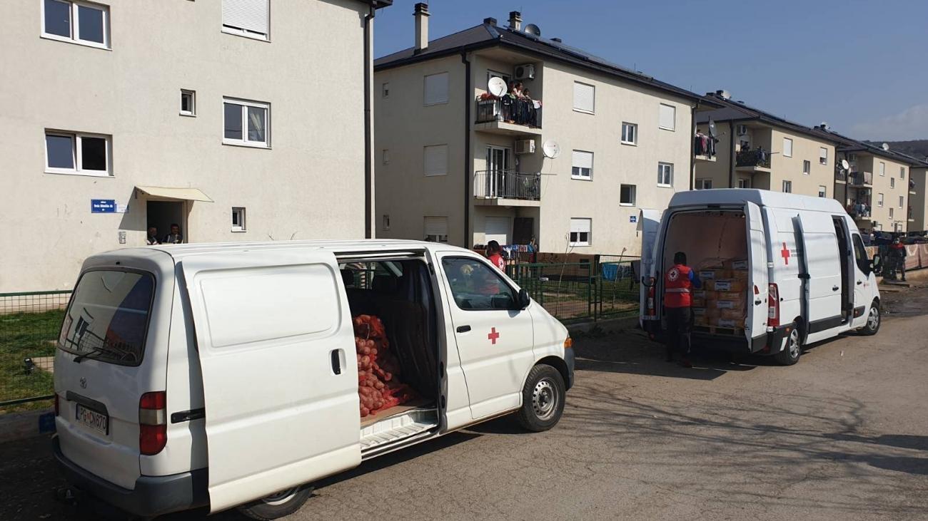 Dodijela hrane raseljenima sa Kosova (foto: Crveni krst Crne Gore)