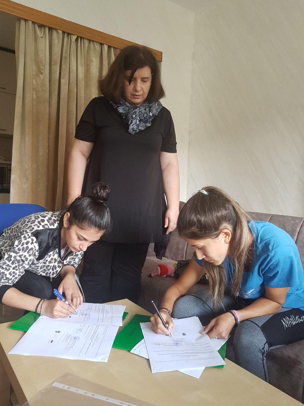 Romkinje tokom potpisivanja ugovora za obuku (Fotografija: Help)