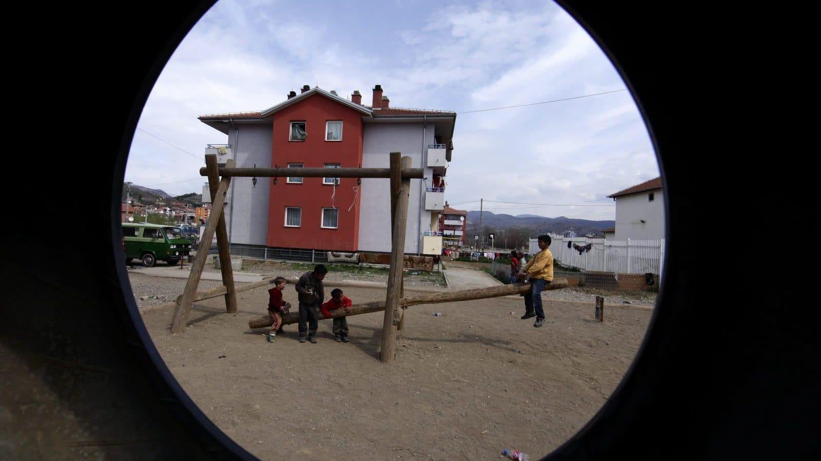 Romska djeca se igraju u svom naselju u sjevernom kosovskom gradu Mitrovici (Foto: EPA / VALDRIN KSHEMAJ)