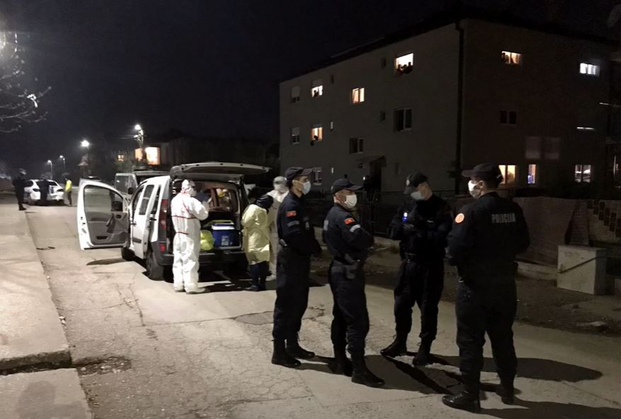 Policija u naselju na Vrelima ribničkim u vrijeme Korona karantina. Foto: You Tube /RomaNet