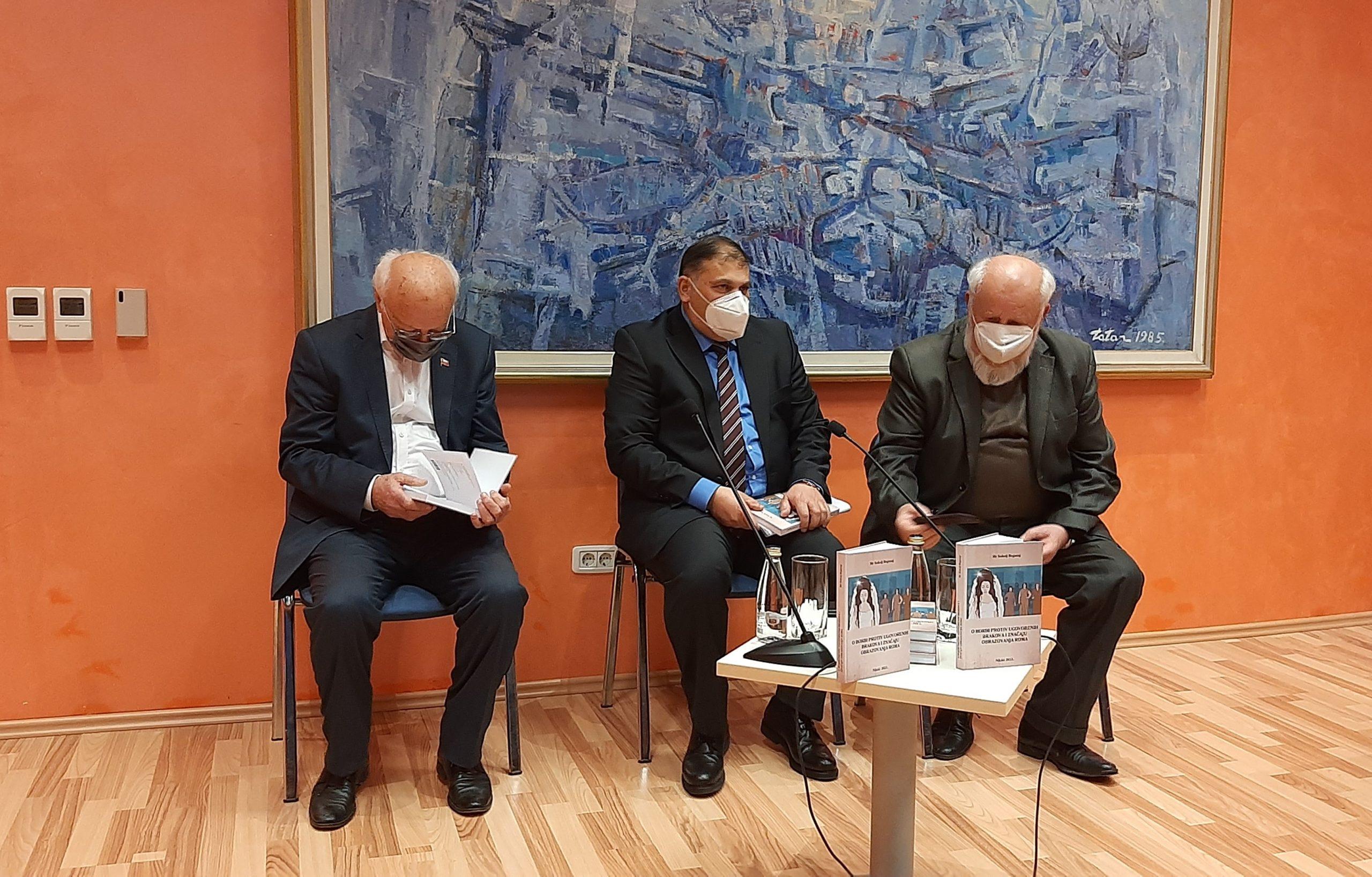 Zuvdija Hodžić-akademik, mr Sokolj Beganaj i Dragan Mitov Đurović-novinar Fotografija: Nardi Ahmetović()