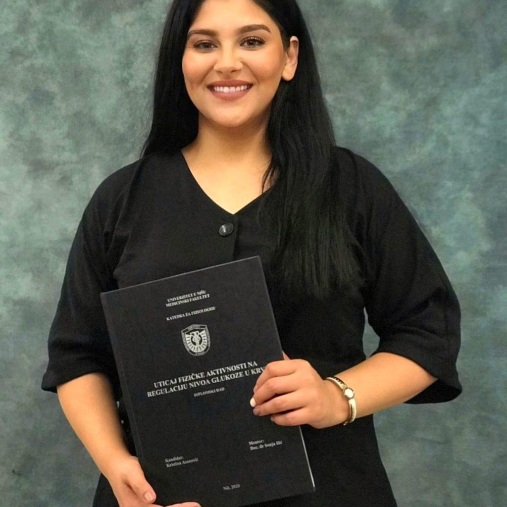 Kristina sa diplomom medicinskog fakulteta (foto:privatna arhiva)