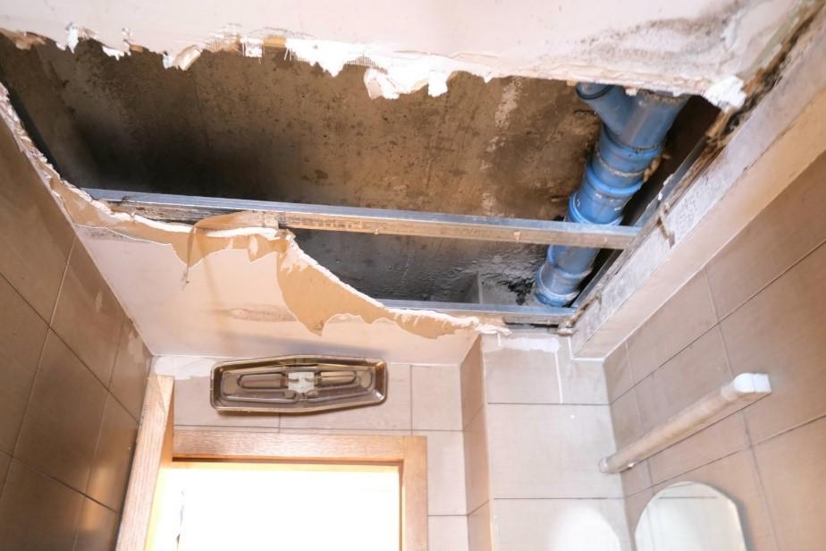 vlaga uništila plafon ( foto: RomaNet)